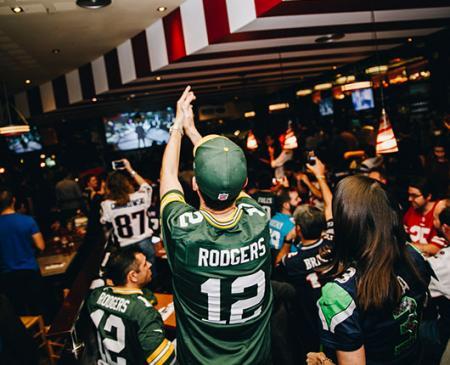 Los fans del fútbol americano se reúnen en FRIDAYS Gran Vía para vivir en directo la gran final de Miami